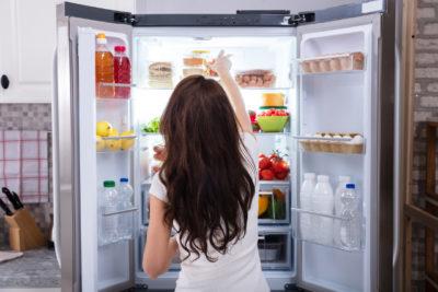 冷蔵庫を開く女性