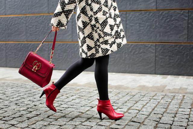 町中を歩く女性
