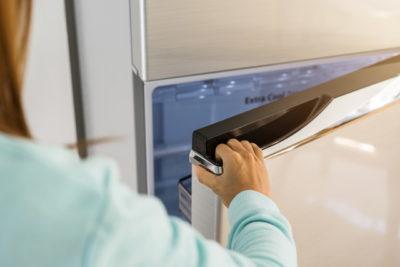 冷蔵庫を開けているところ