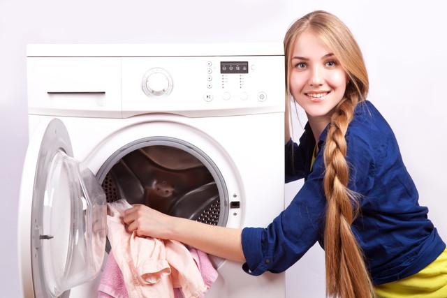 ドラム式洗濯機を使っている女性