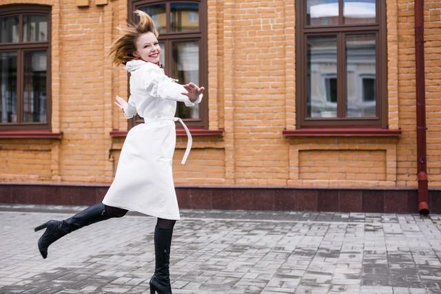 ロングブーツを履いている女性