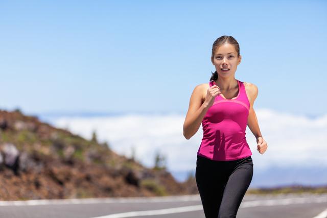 加圧シャツで走る女性
