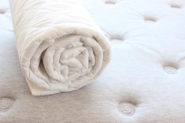 丸めたベッドパッド