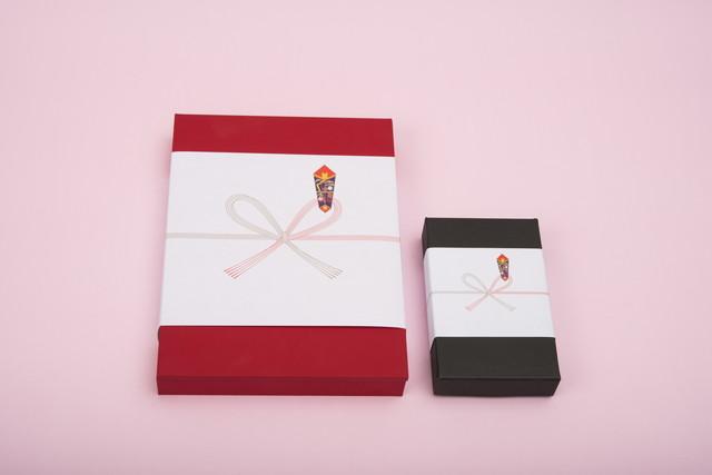 のし紙のついた赤と黒の箱のギフト