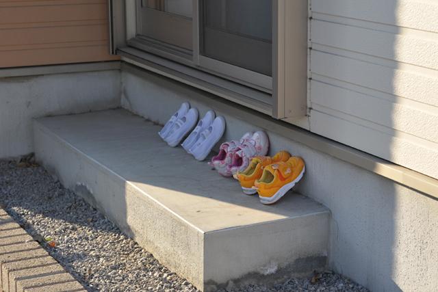 靴を並べて乾かす