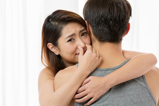 男性の臭いに鼻をつまむ女性