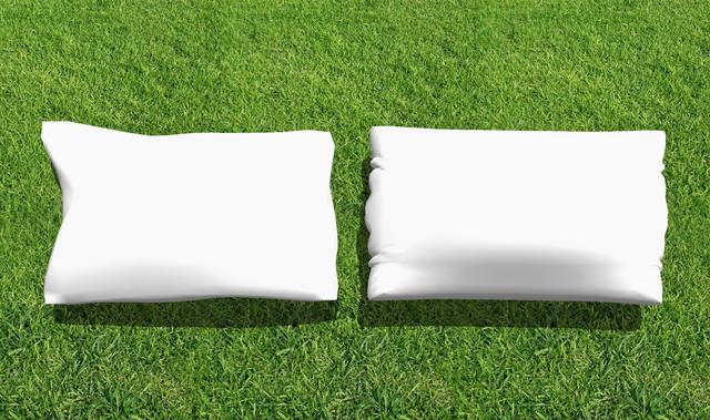 芝生の上の枕