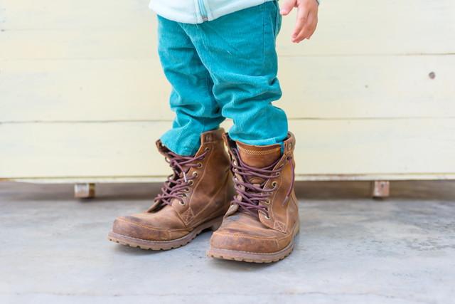 サイズの合わない靴を履く子供