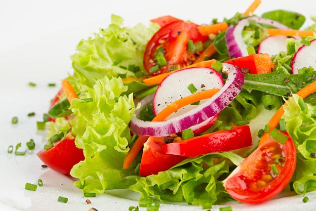 レタスを含むサラダ