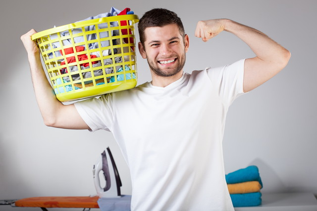 洗濯かごを持つ夫
