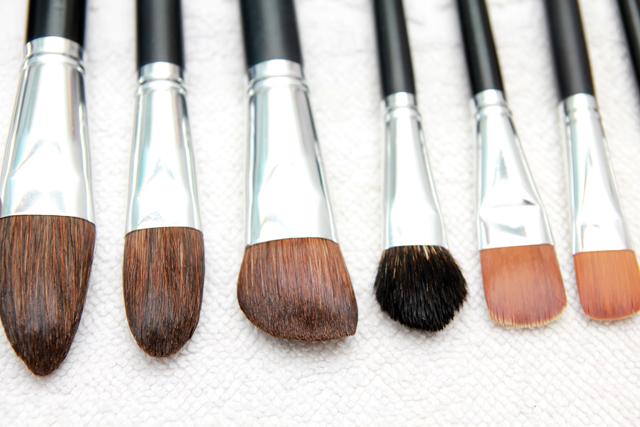 化粧ブラシを洗う