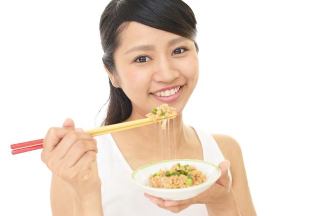 納豆と笑顔の女性