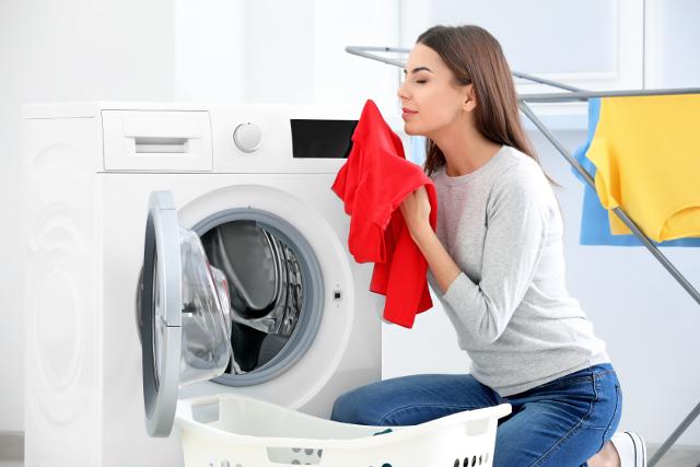 洗濯物のにおいをかぐ主婦