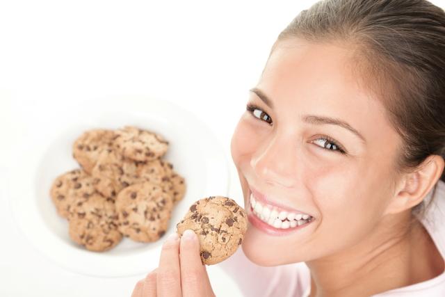 クッキーを食べる女性