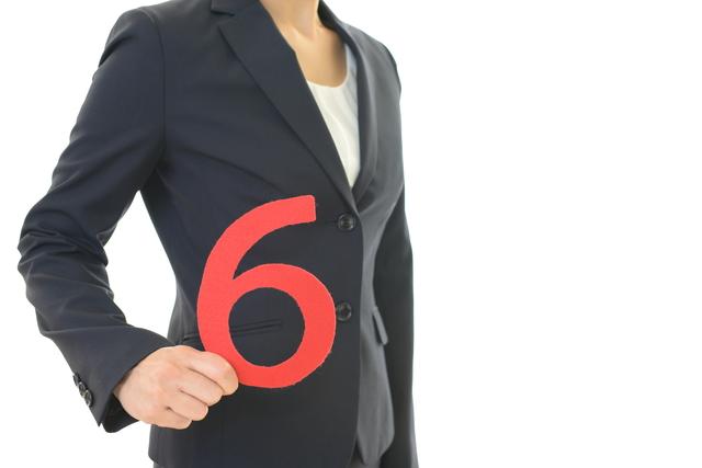 6を持つ女性