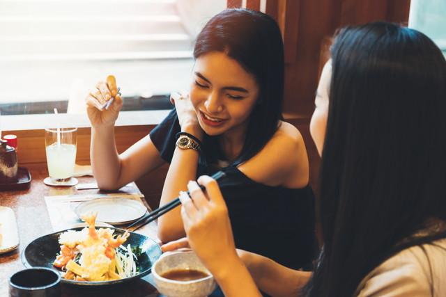 日本料理を食べる2人の女性