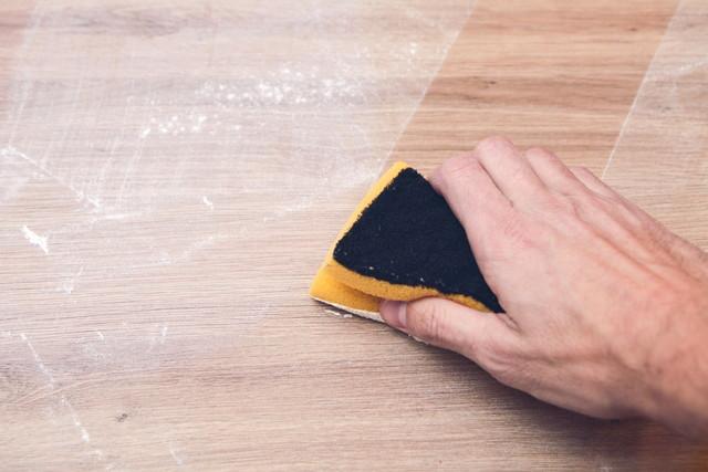 ハウスクリーニングほこりを拭く手