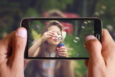 子供をスマートフォンで撮影