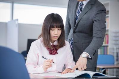 塾で教わる女子高校生