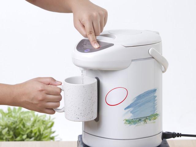 お湯を注ぐ電気ポット