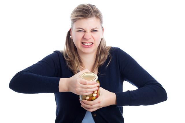 瓶の蓋が開けられない女性