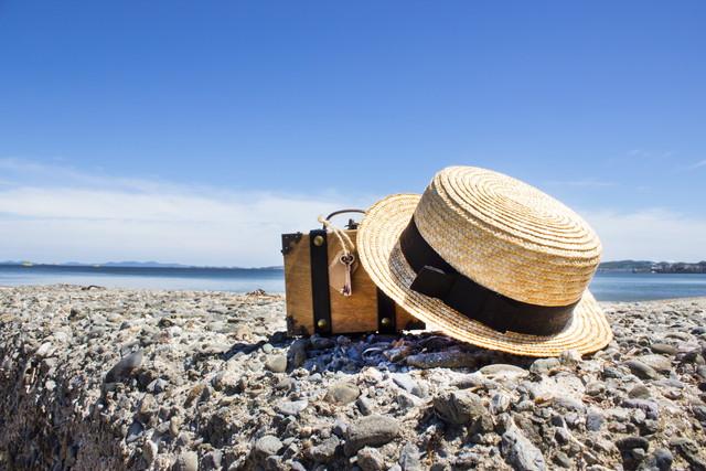 トランクと麦わら帽子と海