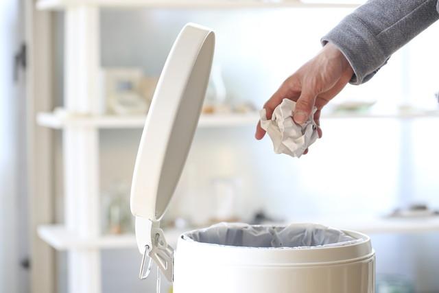 ゴミ箱にゴミを捨てる
