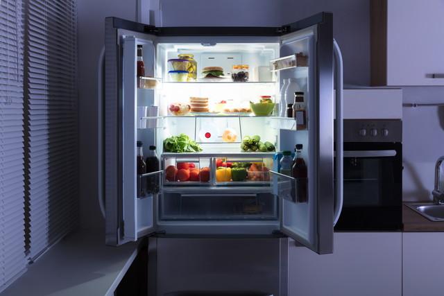 暗い部屋にある冷蔵庫