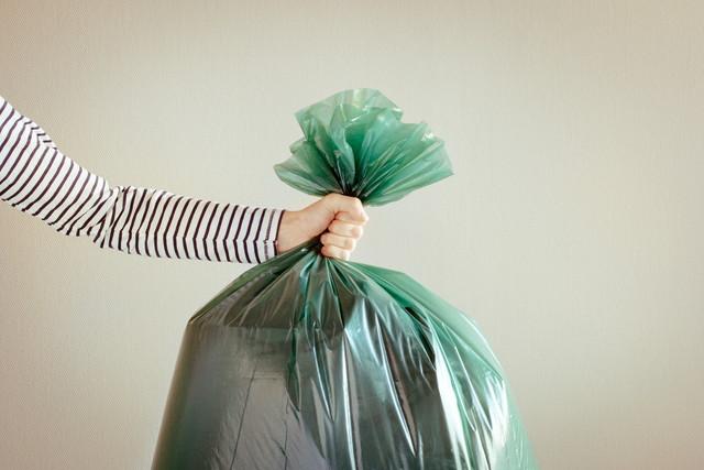 ゴミ袋を持っている手