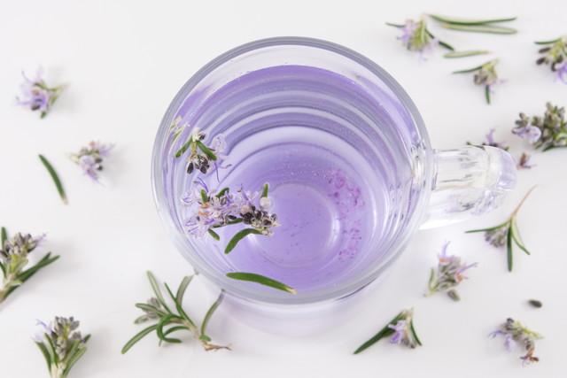 ローズマリーの花を浮かべたお茶
