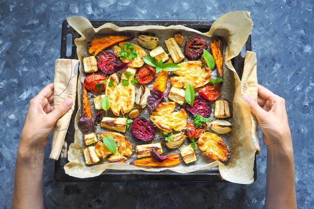 焼きニンジン、ビート、ジャガイモ、ズッキーニ、トマトのベーキングシート