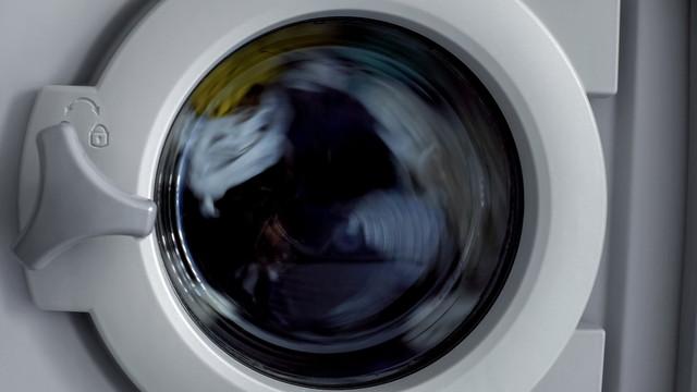薄暗い部屋の洗濯機