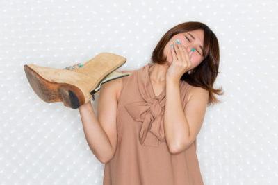 ブーツを臭う女性