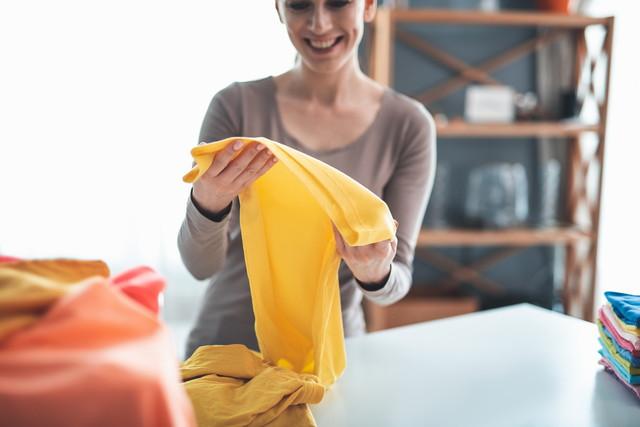 キレイに洗濯できて笑顔になる女性