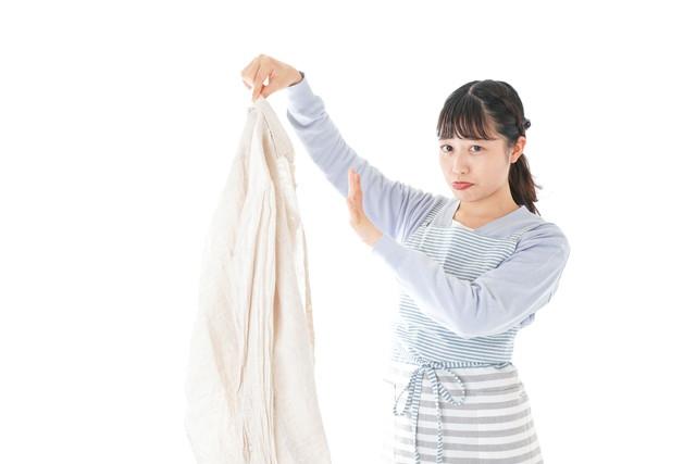 服に付いた臭いを嫌がる女性