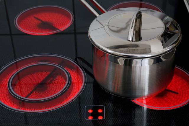 電気コンロと鍋