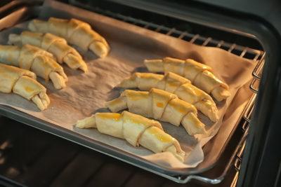 オーブンで調理中のパン