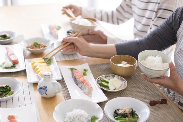 焼き魚を食べる夫婦