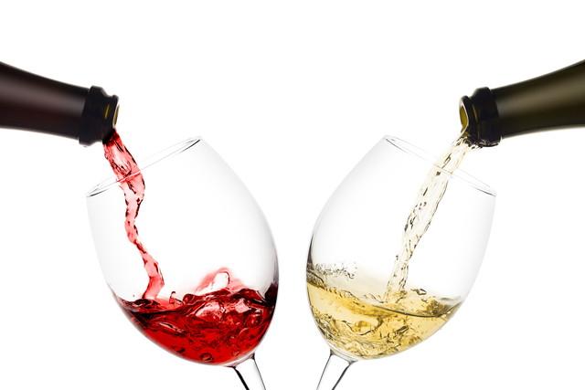 ワインを注ぐ瓶とグラス