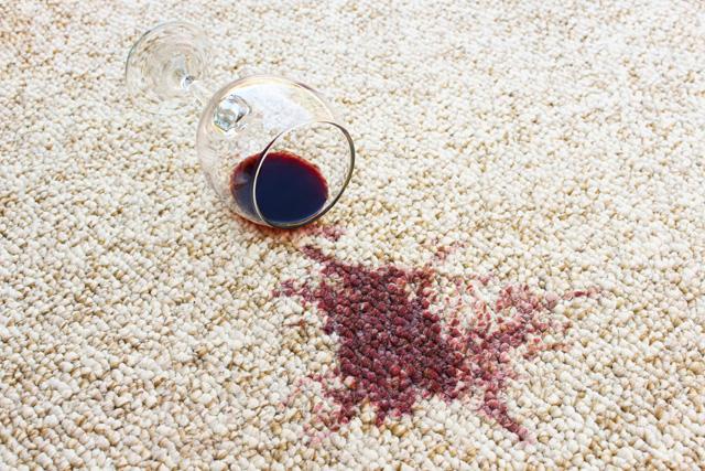 ワインをこぼしたラグ