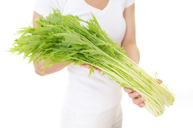 水菜を持つ女性