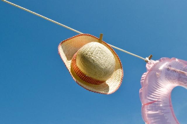 乾燥させている麦わら帽子