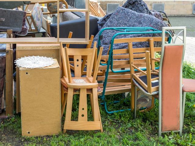 ゴミ置き場に置いてある椅子