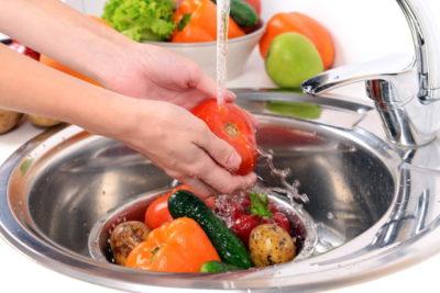 たくさんの野菜を洗う人