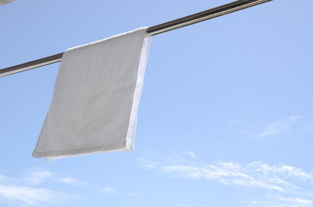 洗濯日和 青空の下でのタオル干し