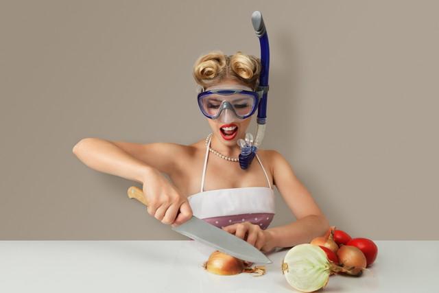 玉ねぎを切る女性