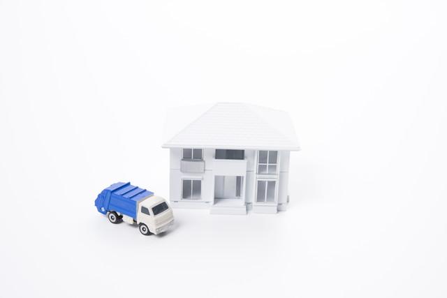 白い住宅模型とごみ収集車のミニチュア