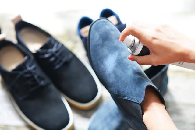 スエードの靴にスプレーをする様子