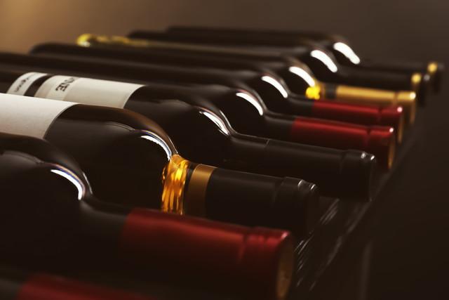 暗いワイン倉庫