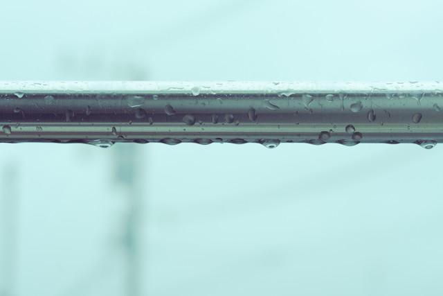 雨で濡れた物干し竿